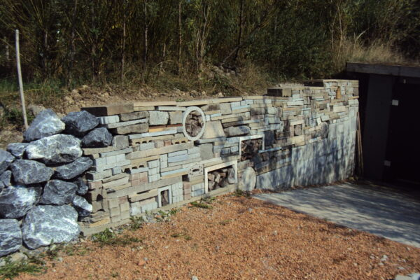 5 Nacher, Recyclingmauer